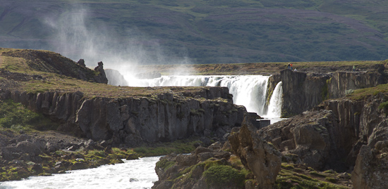 Goðafoss er vinsæll áningarstaður bæði innlendra og erlendra ferðamanna. Fæstir nálgast þó fossinn frá þessu sjónarhorni. Ljósm. ÁHB.