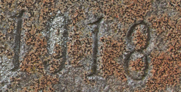 Hér má glögglega sjá, að tölustafurinn átta hefur lent eilítið á ská og fjarri næsta tölustaf, enda klappað í steininn löngu eftir að hann var reistur. Ljósm. ÁHB.