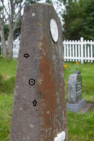Hringur er um gatið á steininum og örvar benda á far eftir járnþynnuna. Ljósm. ÁHB.